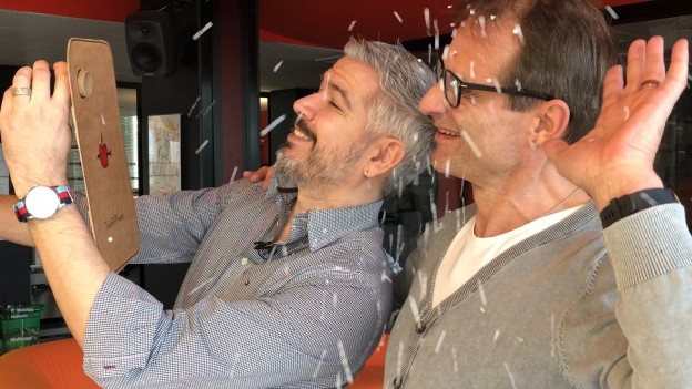 Krispin Zimmermann und Thomy Scherrer schauen in die Selfie-Konfettikanone.
