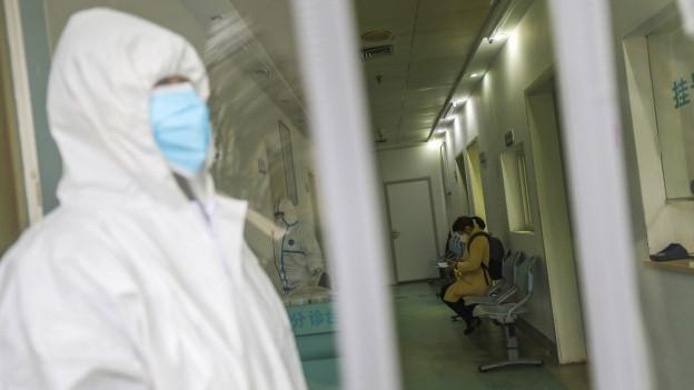 Das Spitalpersonal schützt sich mit Spezialkleidung