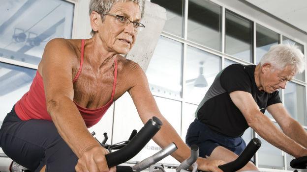 Senioren auf dem Veloergometer.