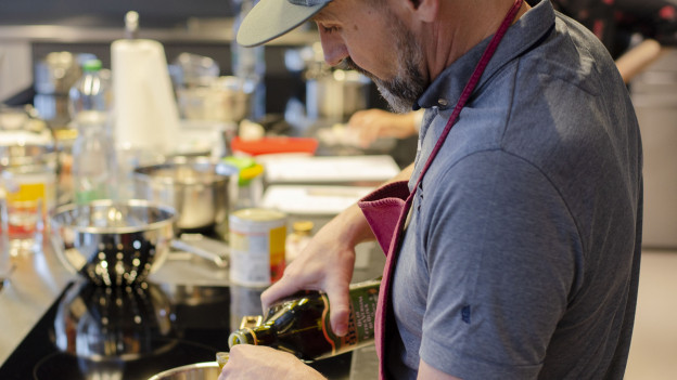 Kochmuffel Christoph Dudli kocht in der Kochschule für Anfänger.