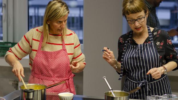 Kochmuffel Cécile Haas aus Zug lernt in der Kochschule kochen.