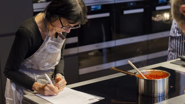 Michelle Veliu lernt in der Kochschule kochen.