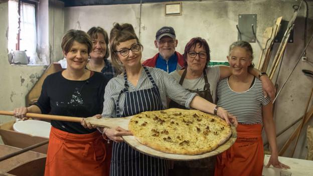 SRF 1-Foodredaktorin Maja Brunner lernt bei den Frauen vom Fräschelser Landfrauenverein, wie man den traditionellen Salzkuchen bäckt.