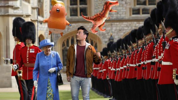 Gefälschtes Bild: Queen spaziert neben Jonas Bayona der Garde entlang mit einem Ballon in der Hand.