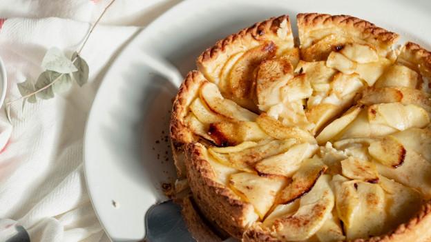 Veganer Apfelkuchen ohne Ei gebacken.
