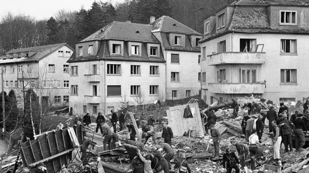 Trümmer liegen mitten in einem Zürcher Quartier am Boden.
