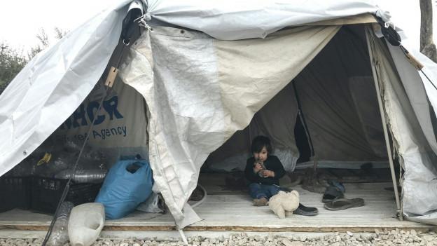 Flüchtlingskind in Zelt
