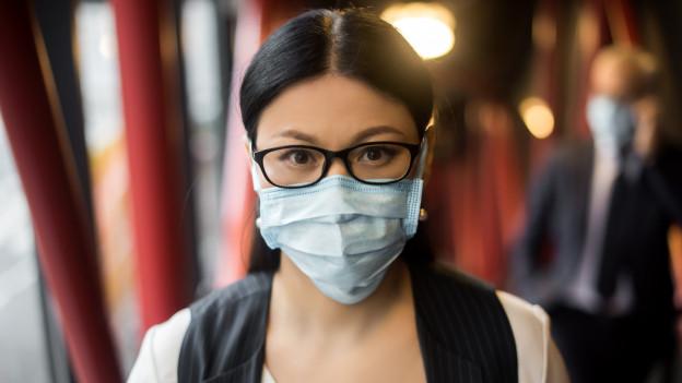 Frau mit Maske und Brille
