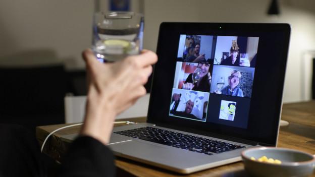 Ein Computerbildschirm zeigt sechs Personen, die an einer gemeinsamen Video-Konferenz teilnehmen.