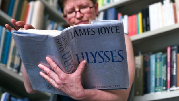 Frau liest Ulysses von James Joyce