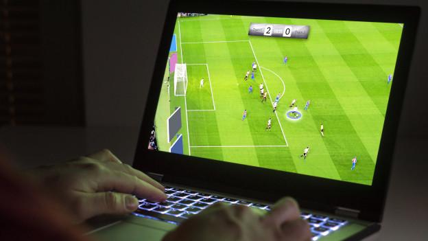 Ein Computerbildschirm zeigt die Szene eines virtuellen Fussballspiels.