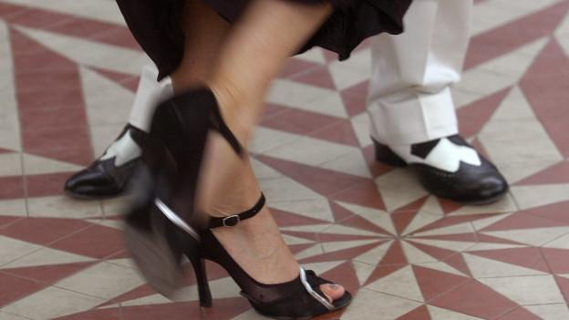 Fokus auf zwei tanzenden Beinpaaren