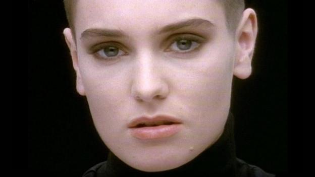 Berührt mit Fastglatze und Kulleraugen - Sinéad O'Connor.