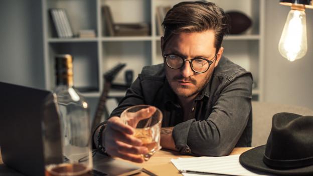 Mann trinkt alleine