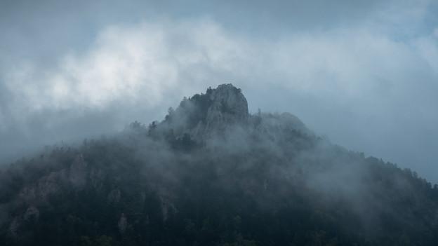 Berge und Nebel: Die mystische Welt der Sagen.