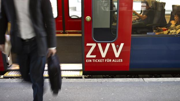 Ein Mann steigt aus einer S-Bahn.