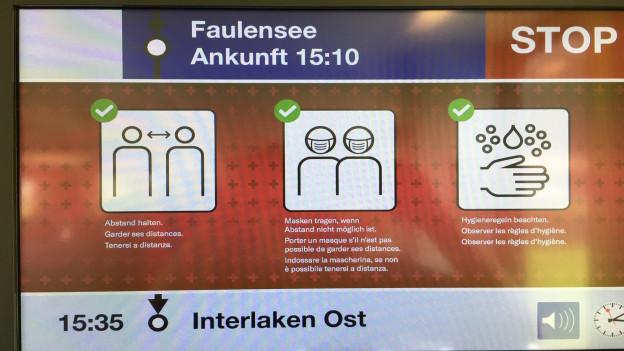 Ein grosses Plakat im Zug erinnert an die Hygieneregeln