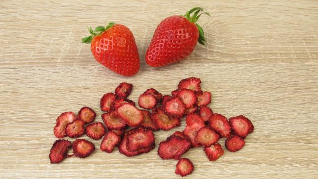 Getrocknete Erdbeeren auf einem Holzbrett.