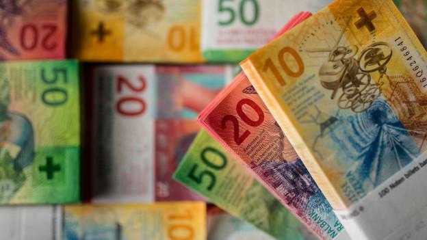 Die 10er, 20er- und 50er-Note der neuen Schweizer Banknotenserie liegen gestapelt nebeneinander.