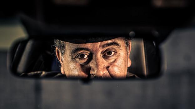 Roberto Brigante schaut in den Rückspiegel