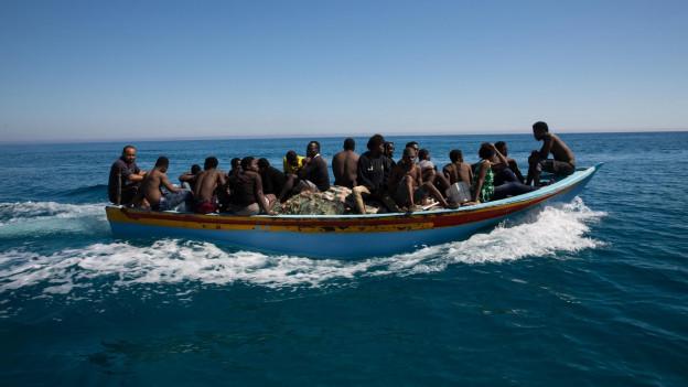 Boot mit vielen afrikanischen Flüchtlingen, die nach Europa wollen.