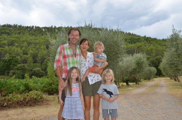 Patrick Hemmelmayr steht mit seiner Familie auf seinem Grundstück.