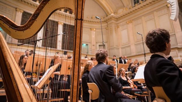 Klassisches Orchester am spielen.
