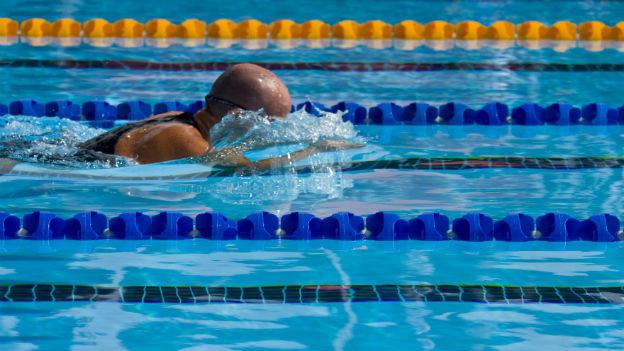 Mann schwimmt auf der Bahn