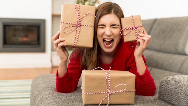 Ein Frau mit Päckchen auf dem Sofa