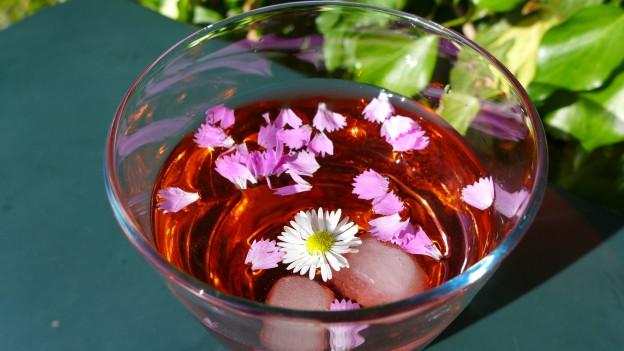 Erfrischende Blütenbowle