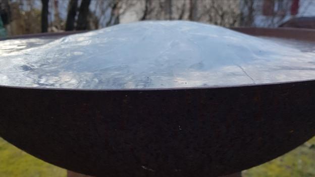 Feuerschale gefüllt mit Eis.
