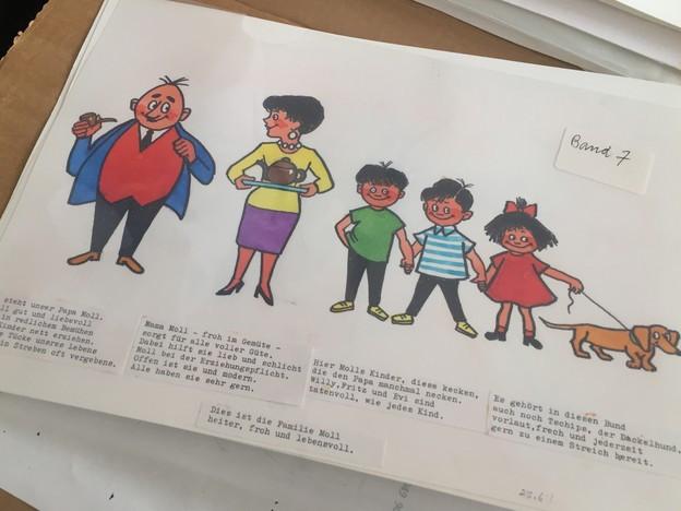Eine Comicfamilie: Vater, Mutter, drei Kinder und ein Dackel