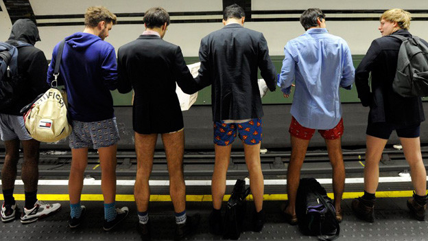 «No Trousers Day», ein Flashmob in der Londoner U-Bahn, Januar 2013.