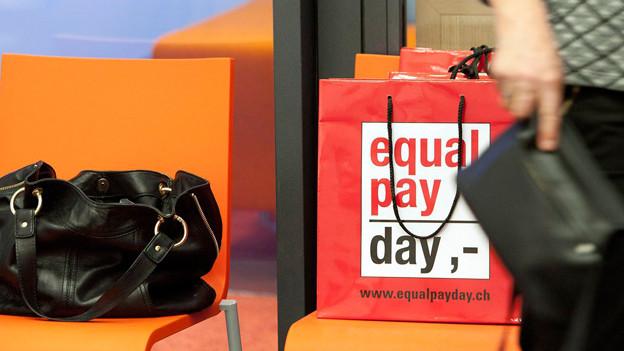 Klare Forderung am «Tag der Lohngleichheit». Aufnahme vom 5.3.12.