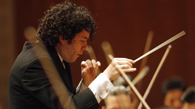 Dirigent Gustavo Dudamel mit Taktstock.