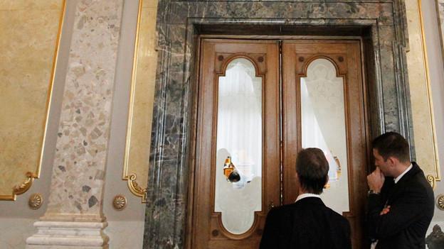 Wenn hinter geschlossenen Türen viel besprochen wird, schiessen auf den Korridoren die Gerüchte ins Kraut.