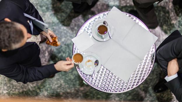 Ein beliebtes, aber falsches Klischee: Espresso enthält weniger Koffein als Filterkaffee.