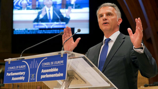 Bundesrat Didier Burkhalter spricht vor der Versammlung des Europarats aus Anlass des 50jährigen Beitritts der Schweiz.
