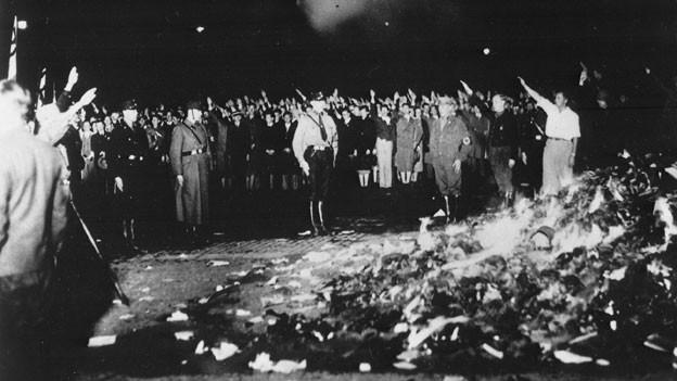 Die öffentliche Verbrennung undeutscher Schriften und Bücher auf dem Opernplatz Unter den Linden in Berlin, durch Studenten der Berliner Universitäten.