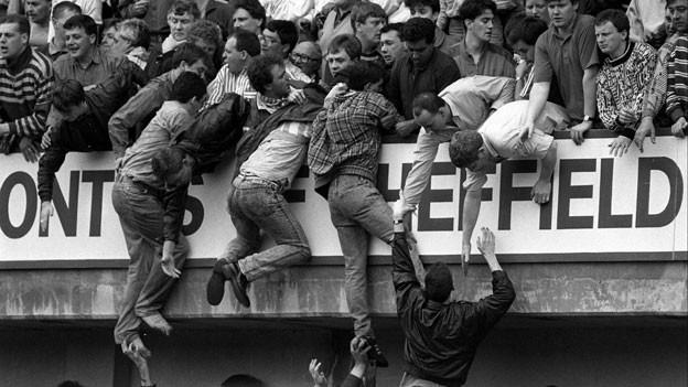 Bei der Massenpanik in einem Fussballstadion in Hillsborough verloren im Jahr 1989 96 Fussballfans ihr Leben.