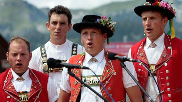 Das Jodelfestival auf der Alp Sellamatt in der Nähe von St. Johann, das jeweils nach dem Alpaufzug stattfindet, 2006.