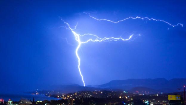 Bitte mitzählen: Blitze über Zürich.