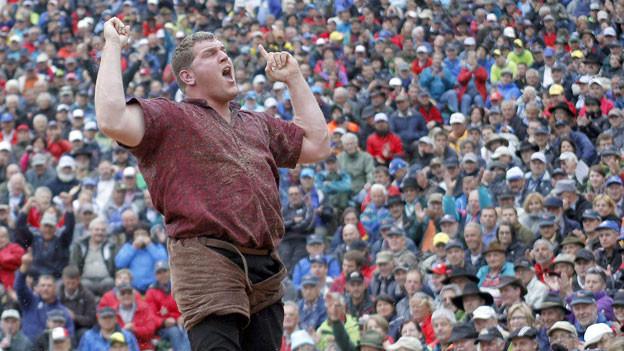 Schwinger Christian Stucki feiert seinen Sieg gegen Matthias Glarner beim traditionellen Schwingfest vom Sonntag 29. Juli 2012.