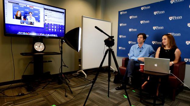 Zwei Uni-Dozenten aus Pensylvania unterrichten via Internet.