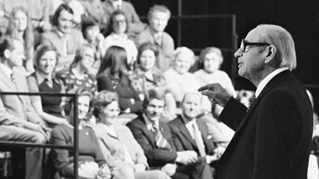 Robert Lembke moderiert 1974 in Zürich seine beliebte Rateshow «Was bin ich?».