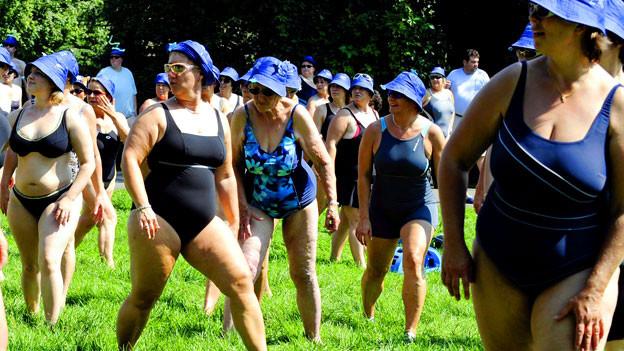 inturnen der Damen vor der Walking-Aqua-Fit Seedurchquerung des Greifensee bei Uster am Samstag, 21. August 2010.