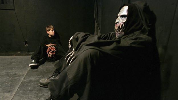 Darsteller in einem Hell House in Cedar Hill, Texas.