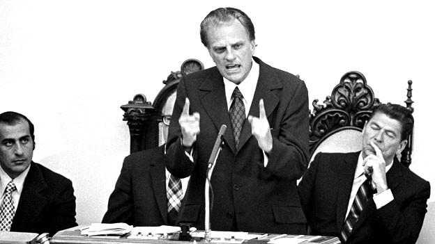 Billy Graham spricht vor der kalifornischen «Capitol Assembly chamber», rechts neben ihm Ronald Reagan (1971).