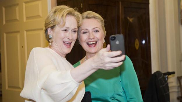Das Phänomen ist nicht nur bei Popstars beliebt. Selfies sind mittlerweile Generationen übergreifend: Hier knipsen sich Meryl Streep und Hillary Clinton, mit sichtlichem Spass.
