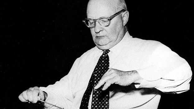 Der Komponist Paul Hindemith (1895-1963) dirigiert während einer Probe (undatierte Aufnahme).